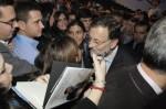 Mariano Rajoy saludando a miembros de NNGG