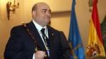 Caunedo con el bastón de Alcalde de Oviedo