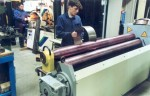 Dos jóvenes trabajando en un taller de soldadura eléctrica.